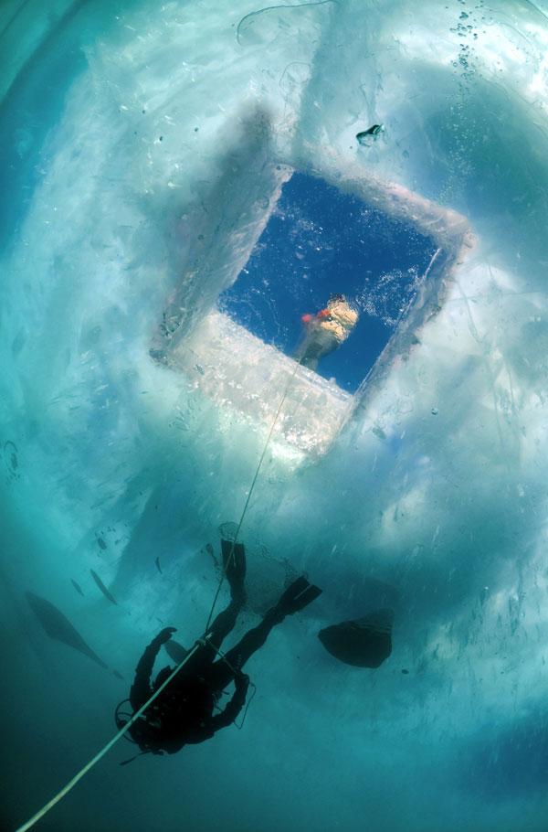 L'eau du Baïkal manque d'éléments chimiques et sa pureté est proche de celle d'un liquide distillé. Sa transparence est impressionnante : à un mètre d'épaisseur, on peut voir à travers la glace comme dans un verre, ce qui est génial pour les photos.