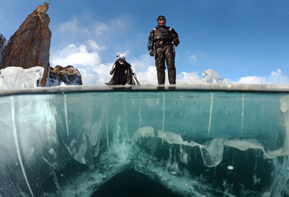  冬にシベリアを訪問すべきかどうか決めかねているなら、バイカル湖の氷中ダイビングが説得するのに十分な理由となるかもしれない。