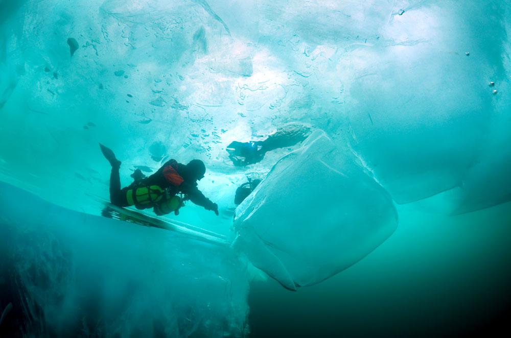 « Les œuvres des sculpteurs sur glace sont admirables, mais ici, c'est la nature elle-même qui prend les rênes », explique Andreï Nekrasov. « Ses créations sont, pour la plupart, abstraites, mais {l'artiste n'en est} pas moins doué. Regardez ces stalactites entortillées et entassées de manière inimaginable ».