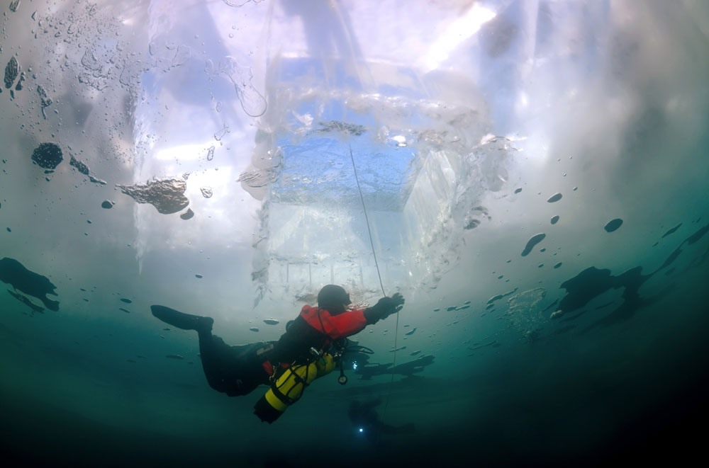 バイカル湖は1月中旬まで完全に氷結しない。地元住民は、積氷が最高の強度に達する3月にダイビングサファリを計画するよう助言している。