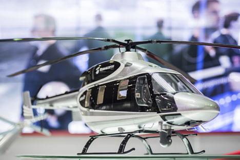 """Model ruskog helikoptera ANSAT na međunarodnoj izložbi zrakoplovne i svemirske tehnike """"Dubai Airshow-2015."""""""
