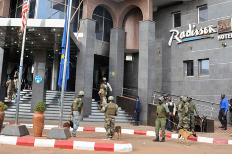 Security forces surround the Radisson Hotel during a hostage situation, Bamako, Mali, Nov. 20, 2015.