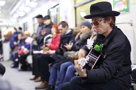 Músicos só poderão se apresentar em áreas reservadas e com licenças. Objetivo é não atrapalhar fluxo de passageiros.