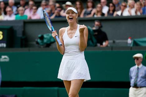 Maria Sharapova merayakan kemenangannya atas Coco Vandeweghe dari AS di Wimbledon Tennis Championships di London (07/07/2015).