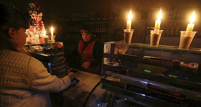 Une épicerie illuminée de bougies suite à la coupure de l'électricité en Crimée le 22 novembre 2015.