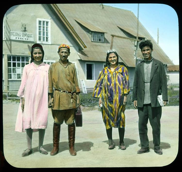 Бренсон Деку био је амерички фотограф који је 30 година путовао по свету. СССР је посетио 1931. године и снимио фотографије свакодневног живота у тада још увек младој држави. / Москва. Два пара у традиционалној ношњи народа централне Азије, 1931.