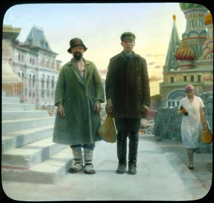Деку је рођен 20. октобра 1892. године у америчком граду Филаделфији. Фотографију је заволео током студија на Стивенсовом технолошком институту. / Москва. Портрет двојице мушкараца у изношеној одећи настао 1931. на Црвеном тргу испред храма Василија Блаженог.