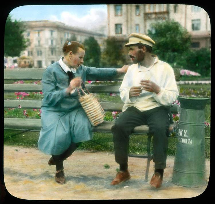 Између 1921. и 1941. године Деку је пропутовао свет и начинио око 8.000 дијапозитива на стаклу забележивши не само историјске споменике, већ и свакодневни живот људи у крајевима које је посетио. / Москва. Жена и мушкарац у парку, 1931.