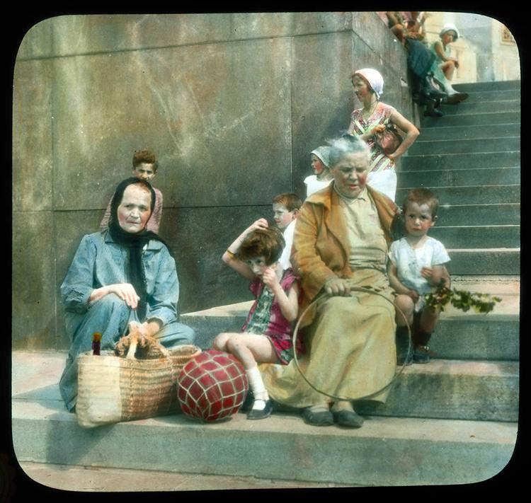 """Бренсон Деку је са путовања увек доносио хиљаде слика. Осмислио је нов начин да их прикаже и назвао га """"музички путописи"""". Москва. / Жене окружене децом на степеницама библиотеке """"Лењинка"""" (данас Руска државна библиотека), 1931."""