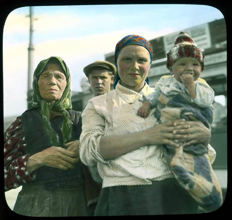 Москва. Мајка са дететом и старица снимљене 1931. на трамвајској станици.