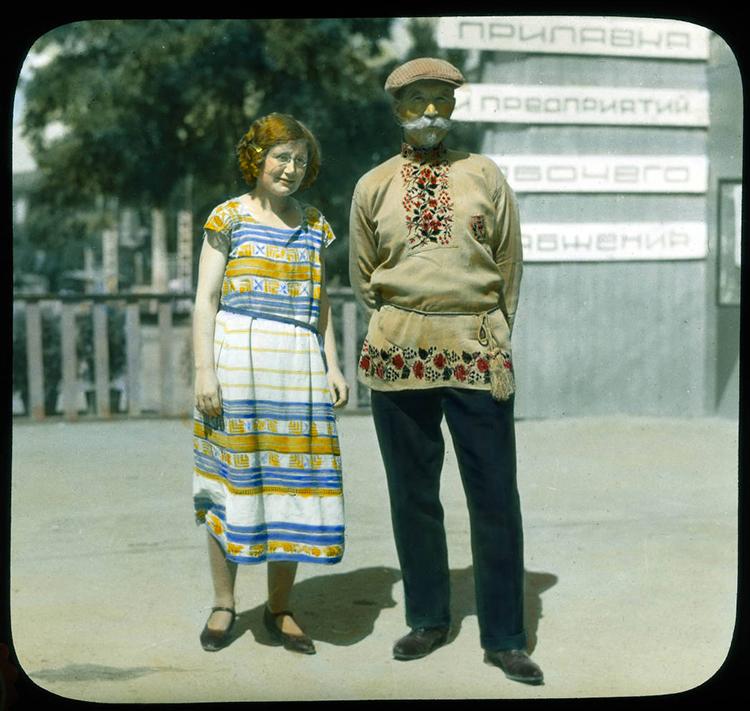Москва. Портрет из 1931. године Декуовог водича, Марије, са човеком у украјинској ношњи.