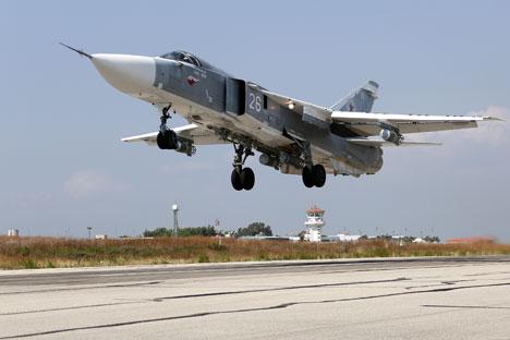 Pesawat Sukhoi Su-24 Rusia lepas landas dari Pangkalan Udara Hmeymim, Suriah.