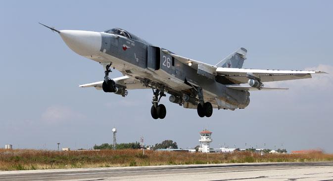 Caças Su-24 estão sendo ativamente empregados em base aérea russa na Síria.