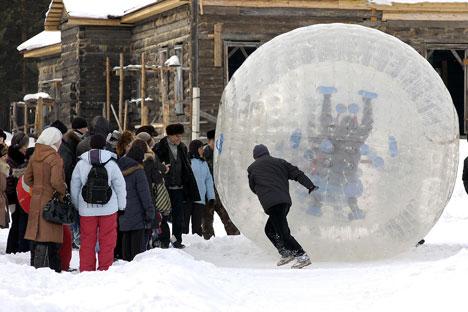 Descer uma ladeira dentro de uma bola transparente é atividade associada ao inverno na Rússia, apesar de poder ser praticada e qualquer estação.