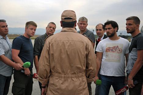 Navigator pesawat Su-24 yang ditembak jatuh oleh AU Turki di wilayah Suriah, Kapten Konstantin Murakhtin, menjawab pertanyaan wartawan di Pangkalan Udara Hmeimim di Latakia, Suriah.