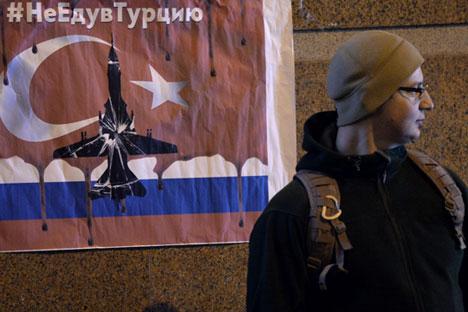 """""""Ich fliege nicht in die Türkei"""" heißt es auf einem Plakat, das Protestierende vor der türkischen Botschaft in Moskau aufgehängt haben."""