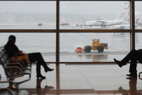 """Un passager dans le terminal """"A"""" à l'aéroport international Vnukovo de Moscou."""
