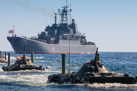 Cruzador Moskva (fundo) em exercício militar no mar Cáspio