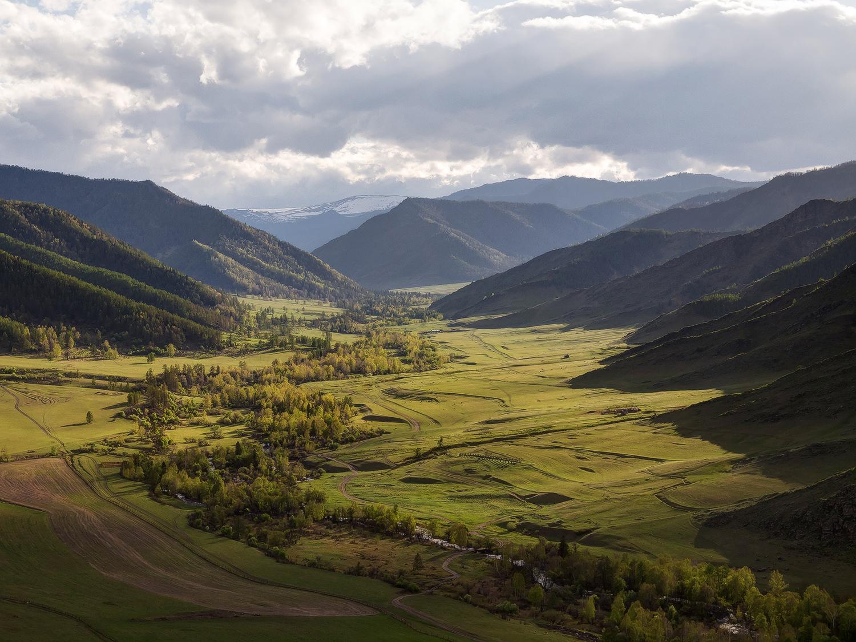 На природните резервати отпаѓаат 20% од територијата на Алтајската република, а тука се наоѓаат и 126 природни споменици.