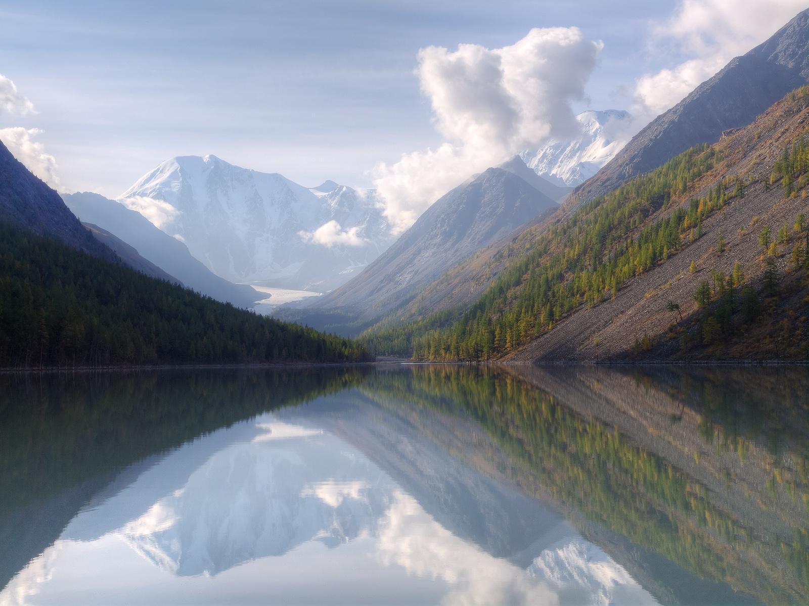 알타이 산악 지역은 바이칼 호수와 함께 시베리아에서 가장 인기 있는 관광지이다.
