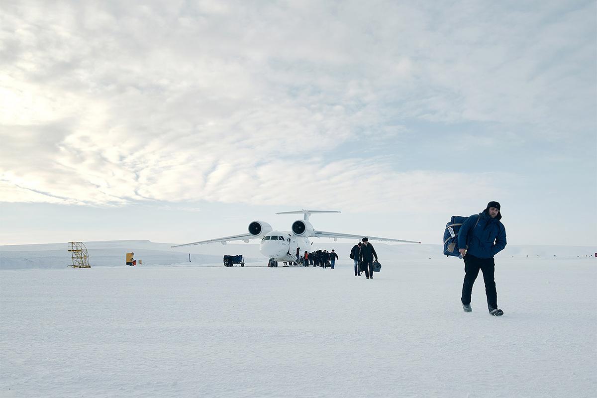Do njega se može doći avionom, let iz Magadana (10 306 km od Moskve) traje dva sata. U razdoblju najnižih temperatura – između studenog i travnja – postoji i ledena cesta duljine 350 km do luke Pevek (najsjeverniji ruski grad). To je glavna ruta za opskrbu industrijskom opremom i drugim dobrima.