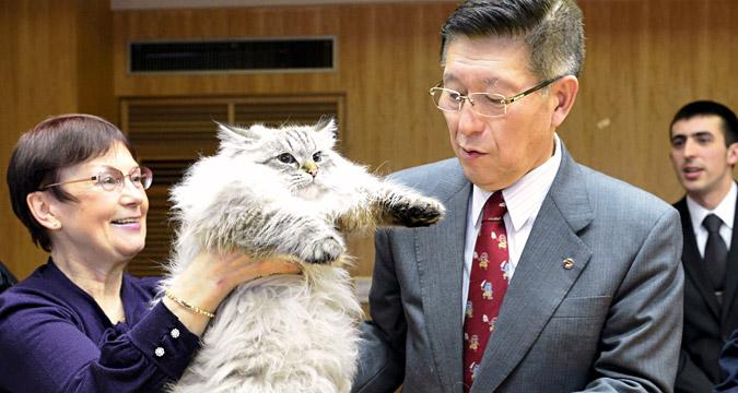 シベリア猫を受け取る秋田県の佐竹知事=