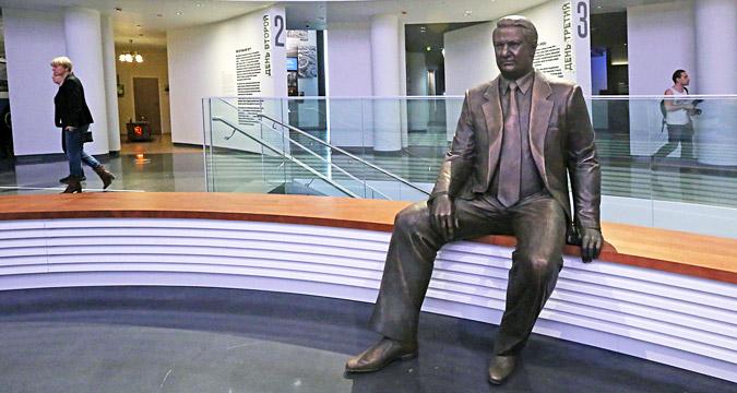 Une sculpture en bronze de Boris Eltsine dans le hall du musée.