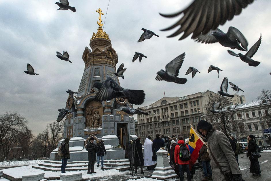 Панихида до паметника на героите на Плевен в Москва за военнослужещите Олег Пешков и Александър Позинич, убити в Сирия.