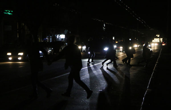 People crossing the road, Simferopol.Early on Sunday November 22, two electricity transmission lines from Ukraine were cut, causing a blackout on the entire peninsula. Foto: Ria Novosti/Artem Kreminsky