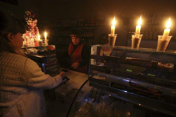 Lojas sobreviveram à luz de velas durante apagão na Crimeia