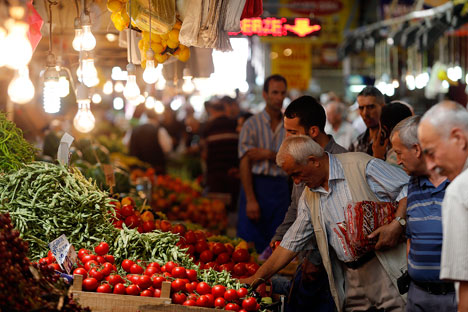 Warga lokal berbelanja dan membeli sayuran di sebuah pasar di Ankara, Turki, 23 Juli 2013.