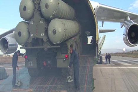 Un sistema de misiles S-400 enviado a la base aérea de Hmeymim