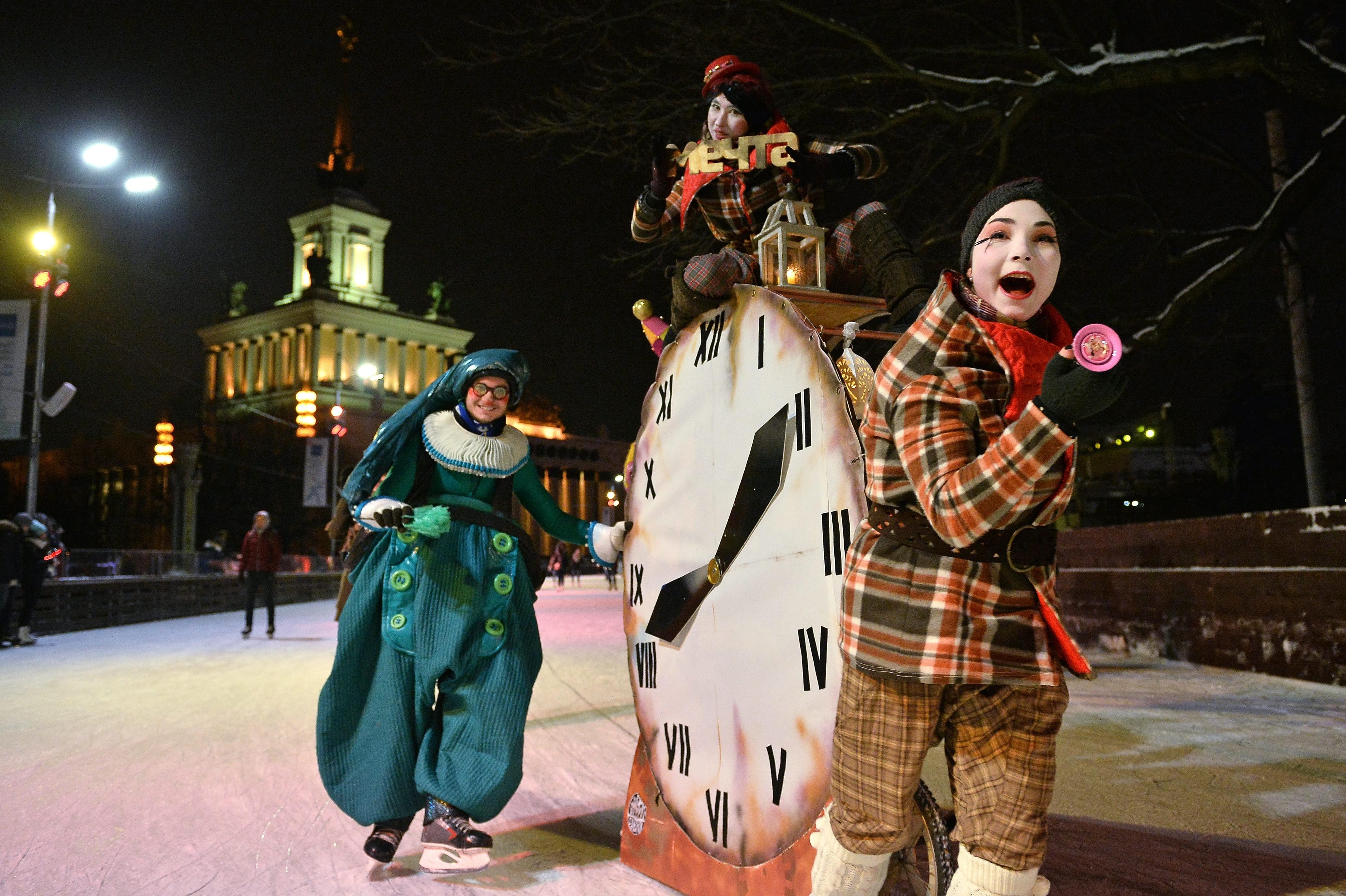 Участниците в театрализирания парад на цирковите акробати и барабанистите на откриването на най-голямата в Европа ледена пързалка на територията на изложбения комплекс ВДНХ в Москва.