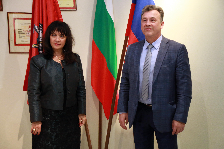 Българския зам. министър на образованието Ваня Кастрева  и руския й колега Венямин Каганов.