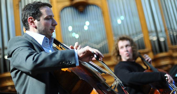 Boris Andrianov, a sinistra, e Denis Shapovalov durante un'esibizione.