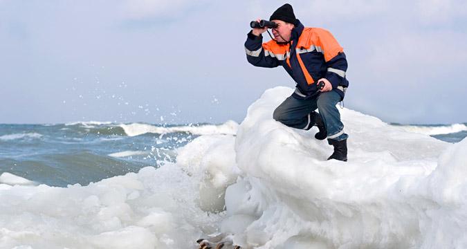 Аномально низкие температуры, ночью до 25 градусов в Калининградской области. Неглубокое Балтийское море начинает стремительно промерзать. На снимке: cотрудник МЧС ведет наблюдение.