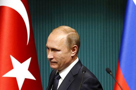 Presiden Rusia Vladimir Putin tiba di Istana Kepresidenan Ankara untuk menghadiri konferensi pers, Selasa (1/12). Putin menandatangani dekrit pemberian sanksi terhadap Turki, Sabtu (28/11), empat hari setelah Turki menembak jatuh pesawat tempur Rusia di dekat perbatasan Suriah-Turki.