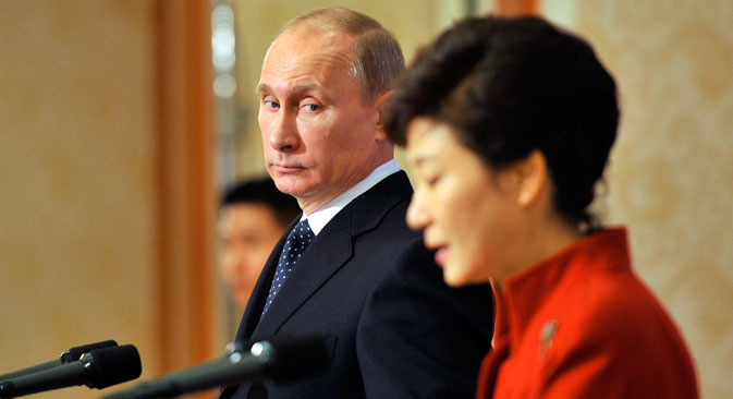 South Korean President Park Geun-hye (R) and Russian President Vladimir Putin delivering taking part at a joint news conference.
