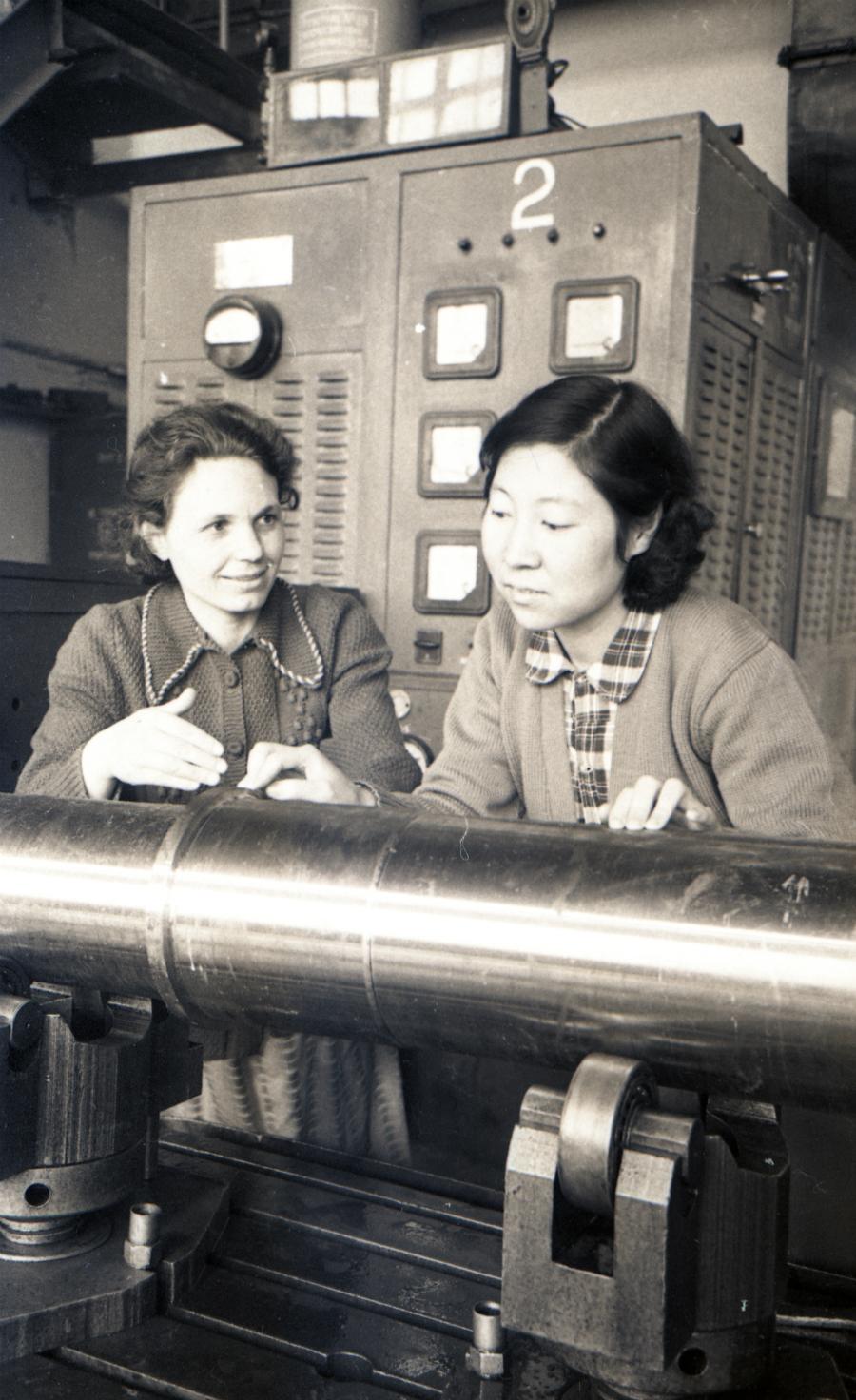 Китайски стажант в цеха за контрол на качеството.