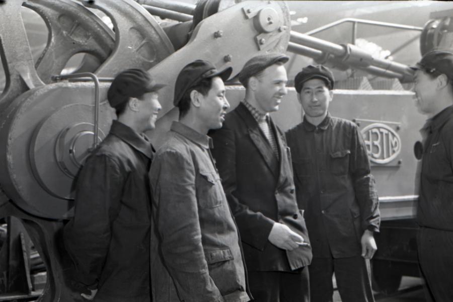 Съвместен китайско-съветски екип, който сглобява багери.