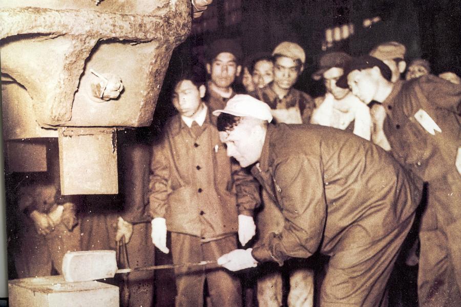 Съветският ковач Г. Коваленко обучава китайски ковачи в Тайюен.