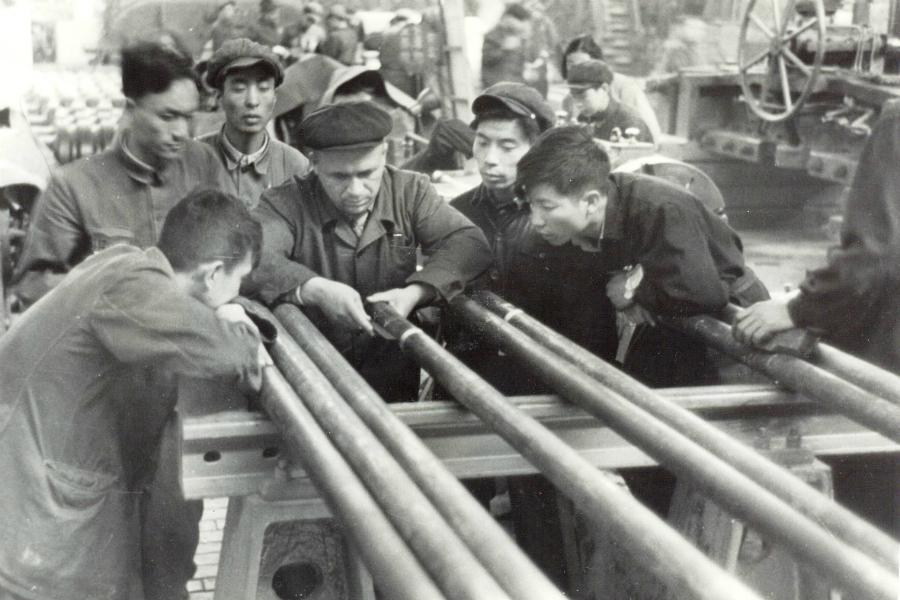 Съветски специалист обучава китайски работници да проверяват качеството на тръби в Аншан.
