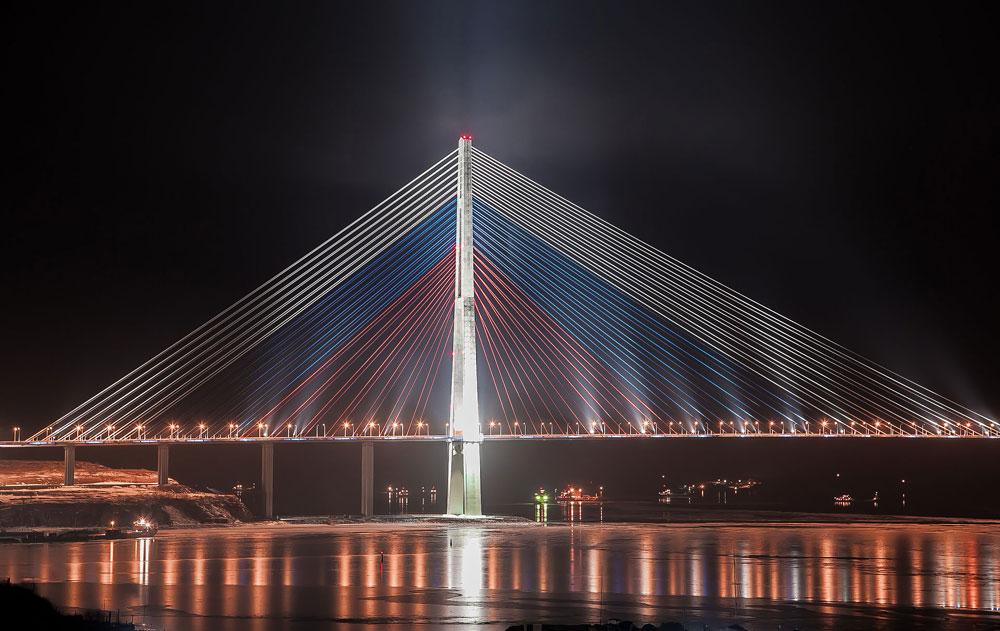 東ボスポラス海峡をまたぐウラジオストクのルースキー橋は、近年にロシアが手がけたプロジェクトの中でもおそらく最も有名なものだろう。2012年のAPECサミットのために建てられたこの建造物は、中央部の長さが1104メートルもあり、世界最長の斜張橋だとされている。太平洋地域におけるロシアの力を象徴するものとして設計されたこの橋には、11億米ドルの建築費がかかった。