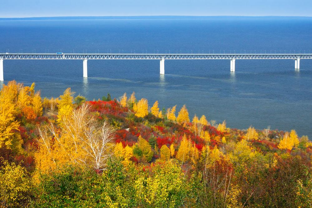 ヴォルガ川沿いのウリヤノフスク市のプレジデント橋は、ロシアで最も遅延が著しい建設プロジェクトのひとつとして名高い。  建設に20年以上を要したこの橋は、2009年になってようやく開通した。この橋の下部はまだ完成していない。