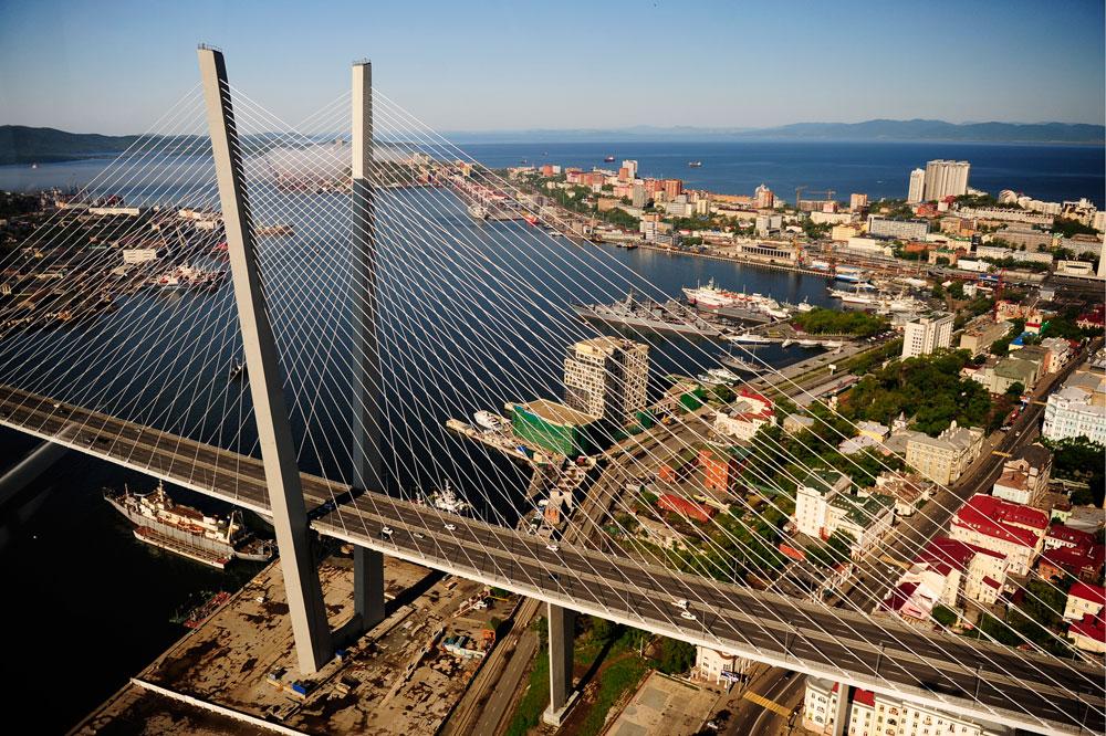 ゾロトイ (「ゴールデン」) 橋も、APECサミットのために建てられたものだ。ノーマン・フォスター氏が設計したこの橋は、ウラジオストク市にとって正真正銘の建築的ランドマークとなった。