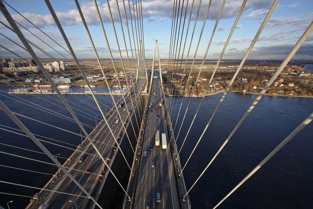 サンクトペテルブルクのボリショイ・オブホフスキー橋は、「北のヴェネツィア」の最新の見どころだ。2007年に竣工したこのツインブリッジは、ネヴァ川にかけられた橋では最長だ。過去の橋とは対照的に、高さ120.5メートルのこの建造物は跳ね橋ではない。