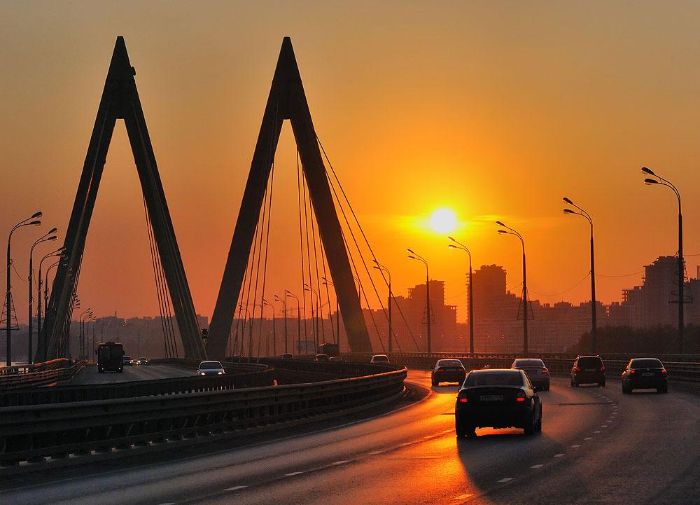 カザンにあるミレニアム橋の高くそびえ立つM字パイロンは、建造物の商標的存在だ。この橋は、タタールスタンの首都の建設1000周年を記念した祭典の直後の2005年6月に公式に開通した。