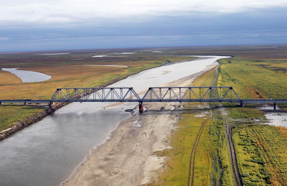 シベリア北部のユリベイ橋は、どこまでも無限に続くツンドラの中で孤立した存在だ。2009年に竣工したこの橋は、ガスプロム社の鉄道ネットワークの必要不可欠な一部である。現在、北極圏内にある橋梁としては最長のものだ。