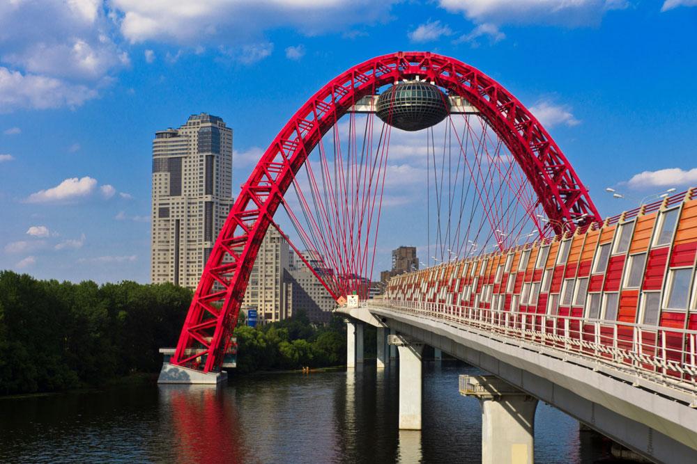 ジヴォピスニー (「絵画的」) 橋は、モスクワで最も新しい橋で、その名の通り、セレブリャニ・ボル森林公園の近くの、この首都の最も眺めの優れた場所のひとつに位置している。長さが1キロ半ほどあるこの橋はモスクワ川を横断するだけでなく、森林も迂回するので、散歩ルートとして最適だ。