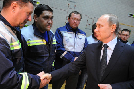 Russia's President Vladimir Putin (R) at the launching of the first stage of a power bridge from Russia to Crimea.